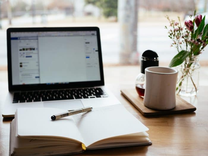 pc, carnet de notes et crayon, tasse à café