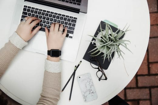 flatlay avec mac, iPhone et plante